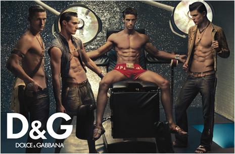 Vido sexy : Un dfil d'hommes nus pour des sacs main