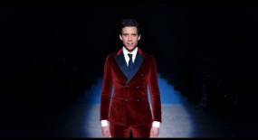 Les tenues de Mika dans son clip Talk about you