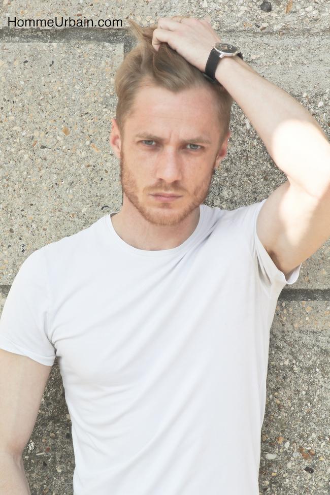 mec blond t-shirt blanc