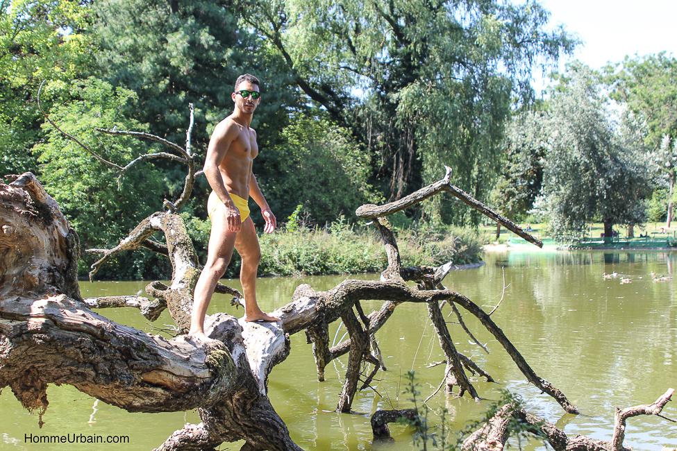 Série de photos en maillot de bain d'Othmane au bois de Vincennes